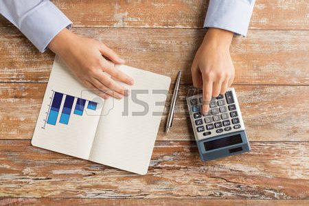 38880161-affaires-l-education-les-personnes-et-concept-technologique--gros-plan-des-mains-feminines-avec-calc