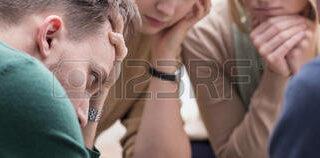 52309916-panorama-du-jeune-groupe-de-l-homme-et-le-soutien-deprime