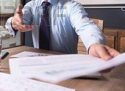 65645413-mes-felicitations-un-homme-d-affaires-joyeux-qui-travaille-dur-tenant-des-documents-et-vous-donne-sa